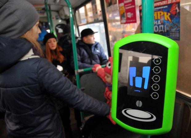 Киевлян грабят через электронные билеты: не нравится – паспорт в зубы
