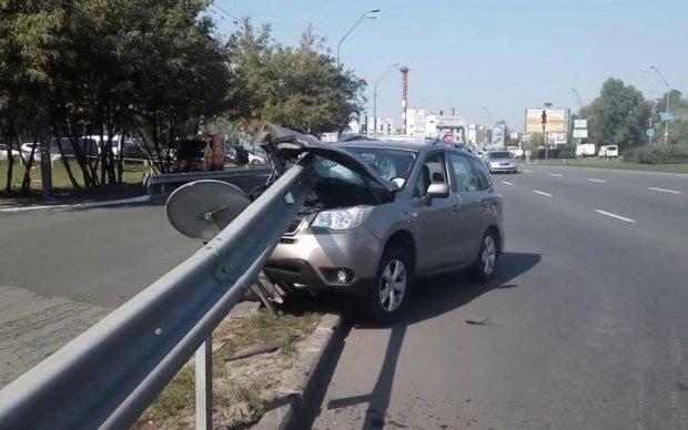 Жуткое ДТП в Киеве: отбойник разорвал легковушку пополам