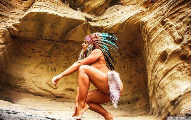 Спортсменка підірвала мережу пікантними фото в образі індіанки