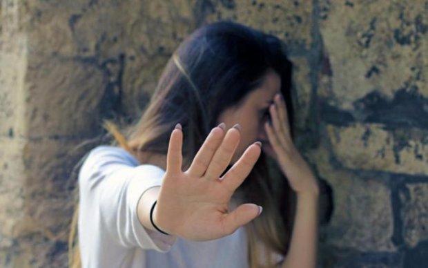 Замість маршрутки дівчина зустріла трьох ґвалтівників