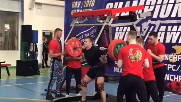 Російський пауерліфтер зламав обидві ноги на змаганнях: відео не для слабкодухих