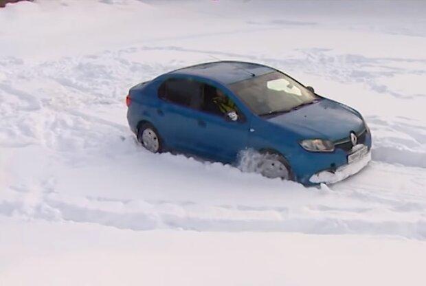 Автомобиль в снегу, кадр из видео