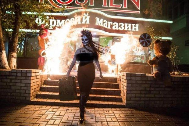 """""""Аукціон щедрості"""" для Порошенка: активістки Femen перетворили магазин Roshen на попіл"""