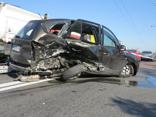 """У Львові механік """"залив фари"""" і обкатав машину клієнта: Toyota вщент, розрулювати буде СТО"""