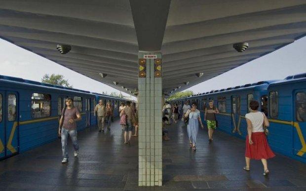 Коли шматок не лізе: чоловік подавився салом посеред метро, фото