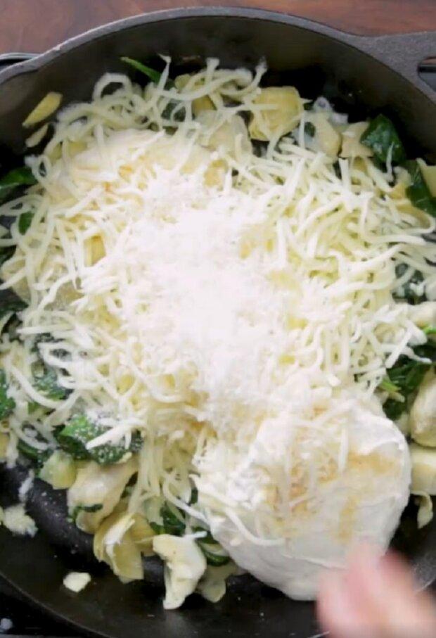 Приготовление булочек с грибами и курицей на сковородке, кадр из видео: Pinterest Tastemade