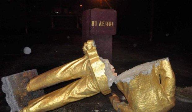 Активистов, которые снесли памятник Ленину, хотят судить