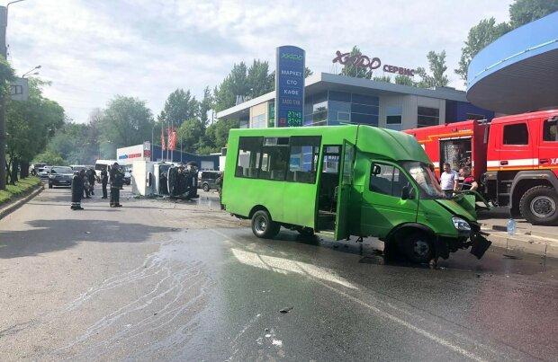 У Києві переповнена маршрутка знесла стовп, є постраждалі: кадри з місця НП