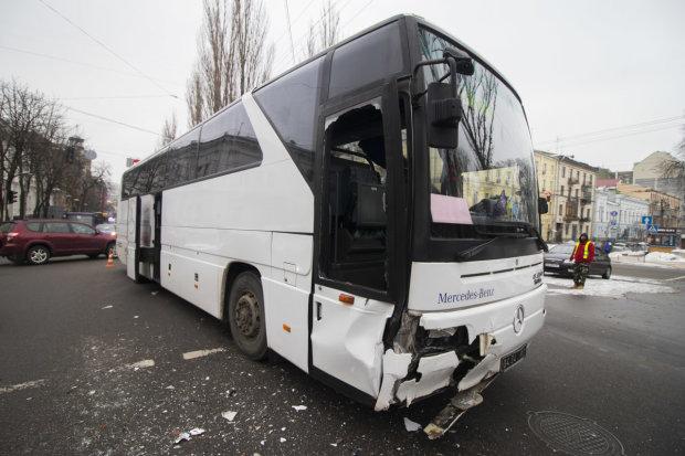 Военный автобус протаранил легковушку в Киеве: видео