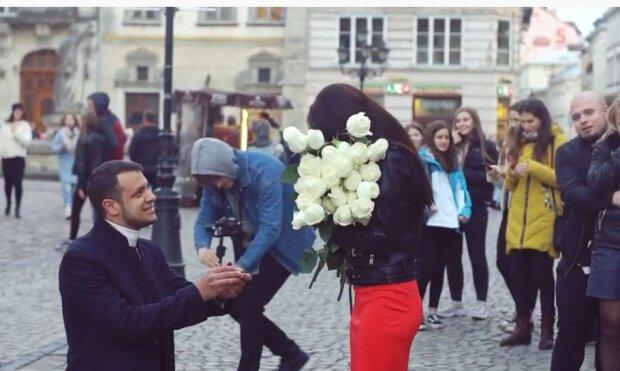 """Львів'янин з трояндами став на одне коліно в центрі міста, романтика зашкалює: """"Будеш моєю дружиною?"""""""