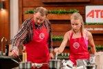 Кулінарів-аматорів з МастерШеф підвісили в сітки та змусили готувати на двох: кому завадила гравітація і він покинув кухню проєкту