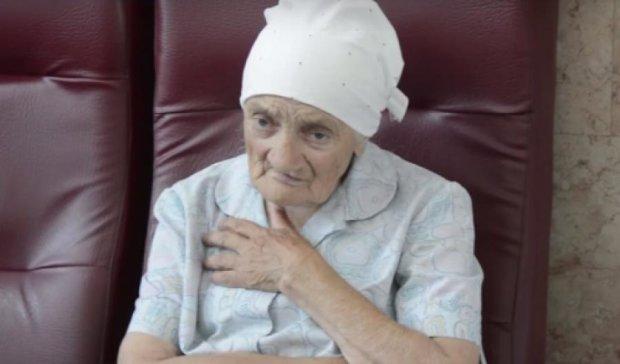 85-летняя бабушка провожает и встречает военных АТО на вокзале