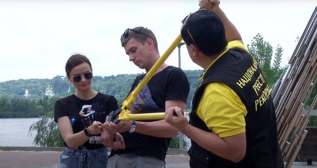 Скованные цепями украинцы, скриншот: Youtube