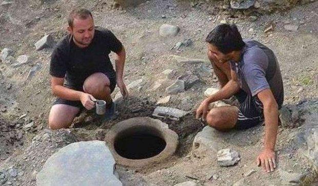 Археологи відкопали посудину зі святою водою