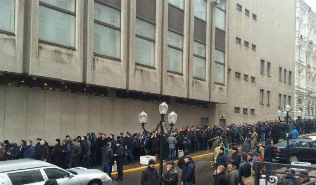 Сотні людей прийшли на прощання з бійцем «Альфи»