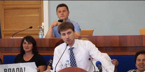 """В Черкассах депутату подарили женские трусики прямо во время выступления: """"С днем рождения!"""""""