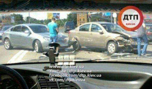 В Киеве два автомобиля врезались на встречной полосе