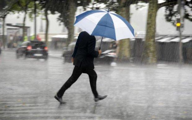 Погода на вихідні: спека раптово змінить дощі і грози