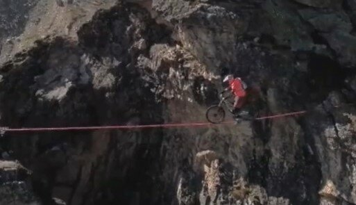 Легендарный экстремал Белэй показал высший пилотаж на высоте 2700 метров - на двух колесах, без страховки