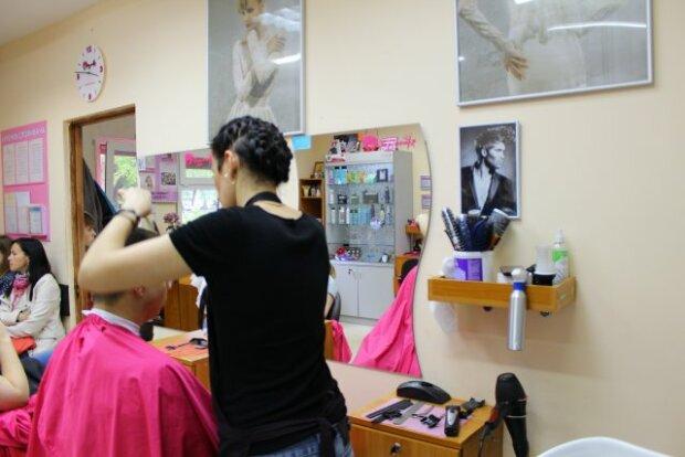 В Киеве ловкая блондинка совершила странную кражу в парикмахерской, - позорный момент попал на видео
