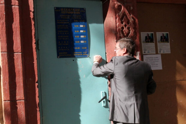 """У Харкові колектори наслідили під дверима боржниці, погрози тепер """"з душком"""""""