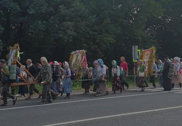 Московські попи привели на Тернопільщину хресну ходу - несуть ікони і волають пісні, наплювавши на карантин