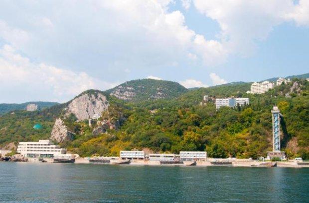 Окупанти в Криму дійшли до межі: нещадно розпродують усе, у хід пішла навіть улюблена дача Брєжнєва