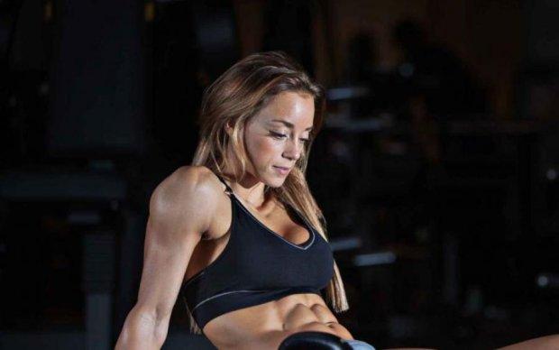 Обнаженная фитнес-модель с едва прикрытыми прелестями заставит вас забыть обо всем на свете