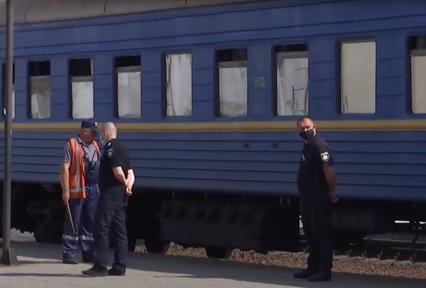 """Напад гвалтівника на журналістку в потягу Укрзалізниці обростає подробицями: пропонували хабар і """"зливали"""" справу"""