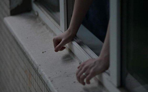 Молода дівчина під Києвом викинулась з вікна багатоповерхівки: подробиці