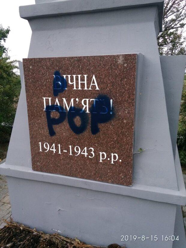 """Запорізькі вандали розгромили відомий пам'ятник, жителі лютують: """"Сльози застилають очі"""""""