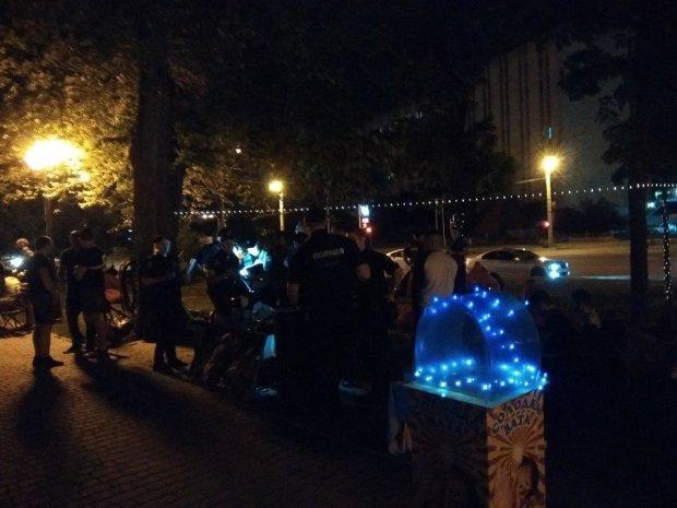В Харькове десятки копов устроили облаву на отдыхающих: что известно