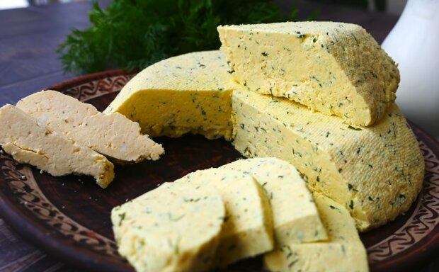 Домашний сыр с зеленью, скриншот: YouTube