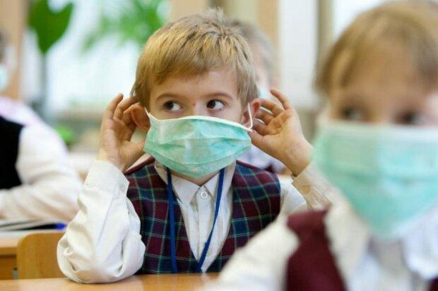 """Ужгородським школярам видали маски і спирт - як відзначили в місті """"карантинний"""" День знань"""
