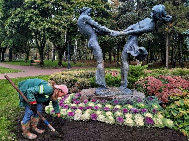 """Коммунальщики решили украсить Киев капустой, цветы - прошлый век: """"Я такое в Италии видела"""""""