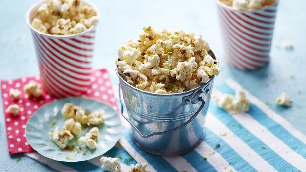Пикантный попкорн с карри и лаймом: интересный рецепт