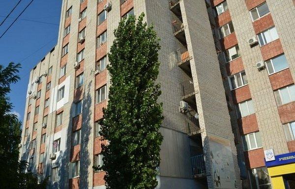 """В Запорожье озверевшие малолетки разгромили съемную квартиру и взяли """"на мушку"""" хозяина: жуткий замес попал на камеру"""