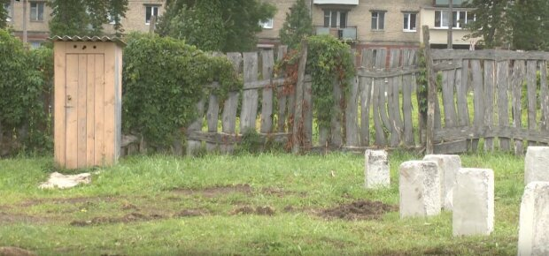 """У Хмельницькому """"чорні будівельники"""" захопили кладовища - цеглини на могилах"""