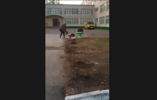 У школі викопують квіти, скріншот з відео
