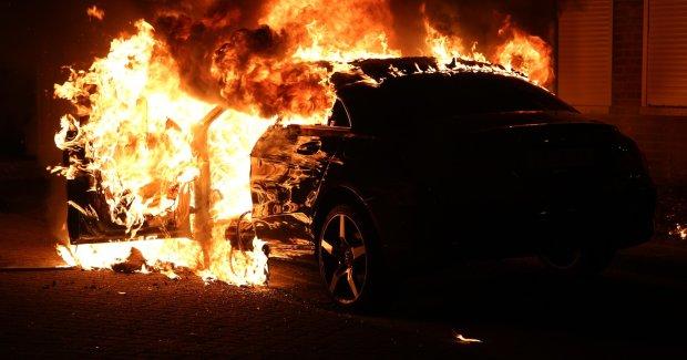 Побольше бы таких: случайные свидетели пожара вызволили авто из огненного ада, эпичное видео спасения