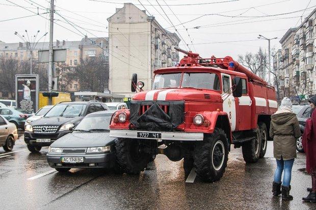 Шкода, горіли не комунальники: у Києві вогнеборці дорогою на виклик провалилися під асфальт