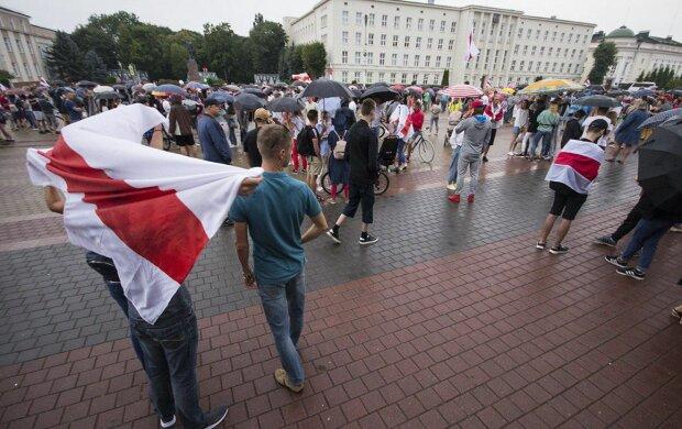 """У Білорусі продовжують бити, бранці омон вбили правдою: """"Пляшка замість туалету і буханець хліба на сто осіб"""""""