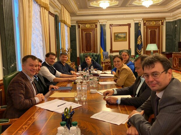 У Зеленского решили отдать зарплаты чиновников простым украинцам: сколько потеряют нардепы в 2020-м