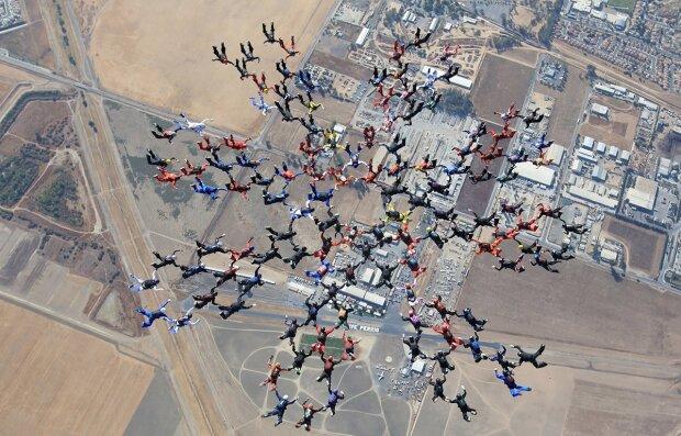 Підкорювачі небес: харківські парашутисти стали рекордсменами світу