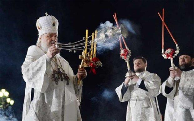 Благодатный огонь погас в руках патриарха Кирилла