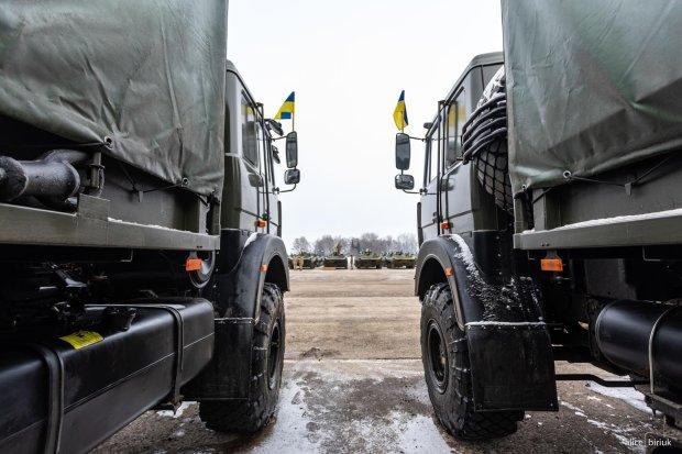 Велика корпорація допомогла українським воїнам сотнями автомобілів