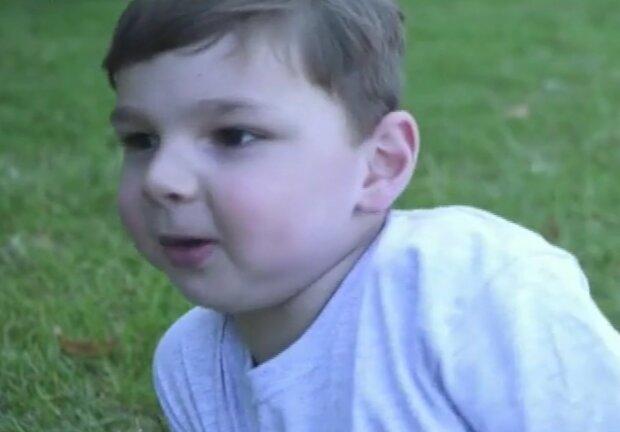 П'ятирічному хлопчику ампутували ноги, але він не здався і зібрав мільйон - до сліз