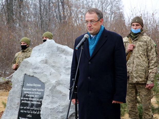 Антон Геращенко біля пам'ятника Аміни Окуєвої / фото: МВС