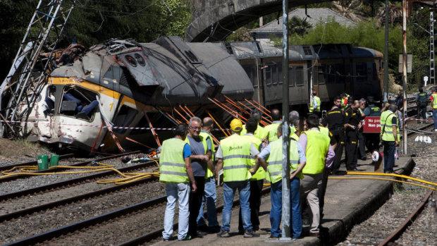 Гора металла раздавила людей: переполненный пассажирский поезд сошел с рельсов, сотни жертв, спасатели забыли о сне