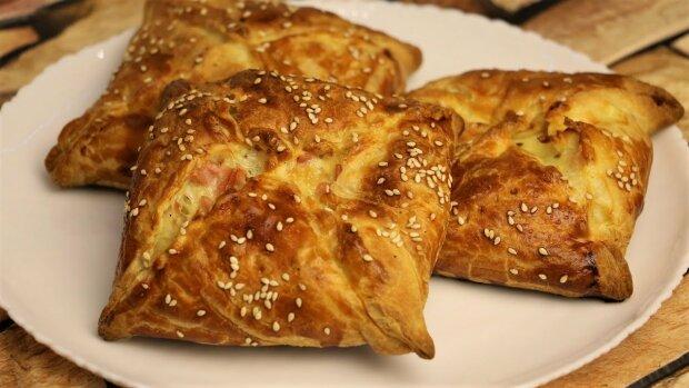 Потіш своїх рідних смачнющим сніданком:  хрусткі сирні слойки сподобаються і дорослим і дітям